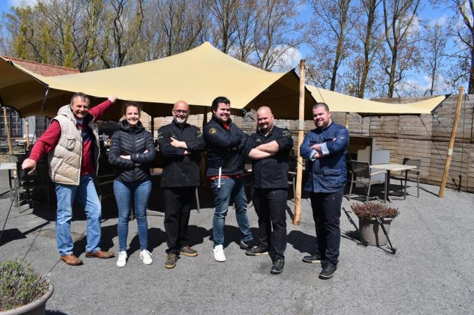 De familie Dendooven voor de terrastent. (foto SR)