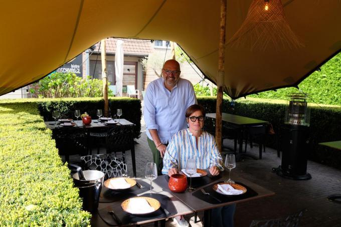 Olivier Vandenbussche en Lieve Janssens op hun vernieuwd terras.© BC