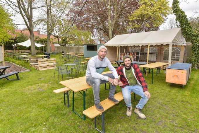 Gregory Volcke en Klaas Vandersyppe zijn in volle voorbereiding voor de opbouw van het terras in de tuin.© (Foto LVW)