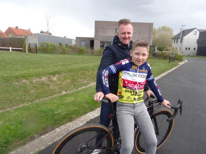 Jelle Neirinck en zijn zoon Mathis. (foto TV)