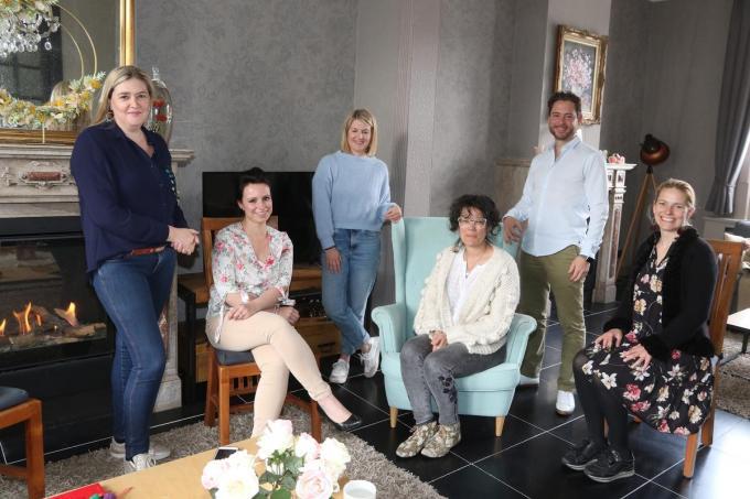 We zien Sanne (tweede van links) en een deel van de andere therapeuten van Complement.© EF