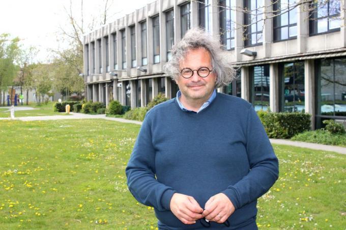 Joost Van de Kerkhove op het grasplein voor de Schakel waar de voorstellingen in open lucht plaatsvinden. (foto DJW)