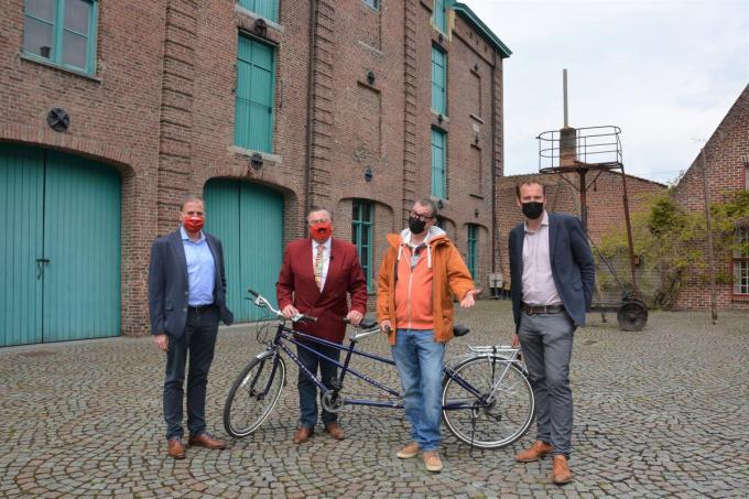 Burgemeester Christof Dejaegher, F.C. De Kampioenen-vedettes Boma en Marcske en schepen van jeugd Ben Desmyter. Ze staan op de binnenkoer van het Hopmuseum, een van de stopplaatsen van de zoektocht.©MICHAEL DEPESTELE