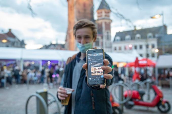 Maurits Ampe toont de tweet die gisteravond ook al in de feesttent zelf circuleerde.©Wouter Meeus