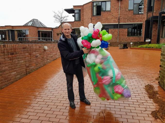 Luc Bertrand met de ballonbloemen voor wzc Ter Berk in Anzegem.© foto GV