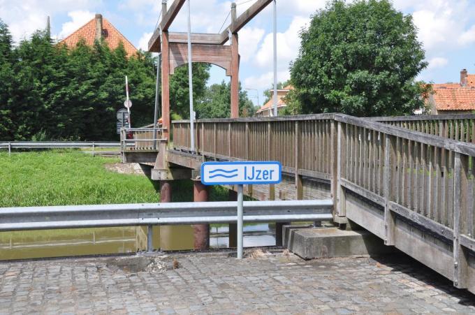 De vertelwandeling start aan de voetgangersbrug in Elzendamme.© RVL