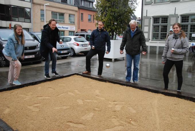 Burgemeester Jos Sypré mocht de eerste petanquebal gooien en hiermee werd het petanqueterrein officieel geopend.© Regi