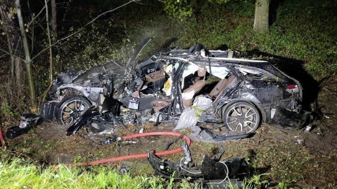 De chauffeur kon niet meer gered worden uit het brandende wrak.© JVM
