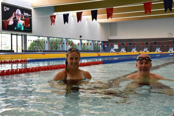 Emma Plasschaert met vader-schepen Bart in het nieuwe stedelijk zwembad Brigitte Becue.© PR
