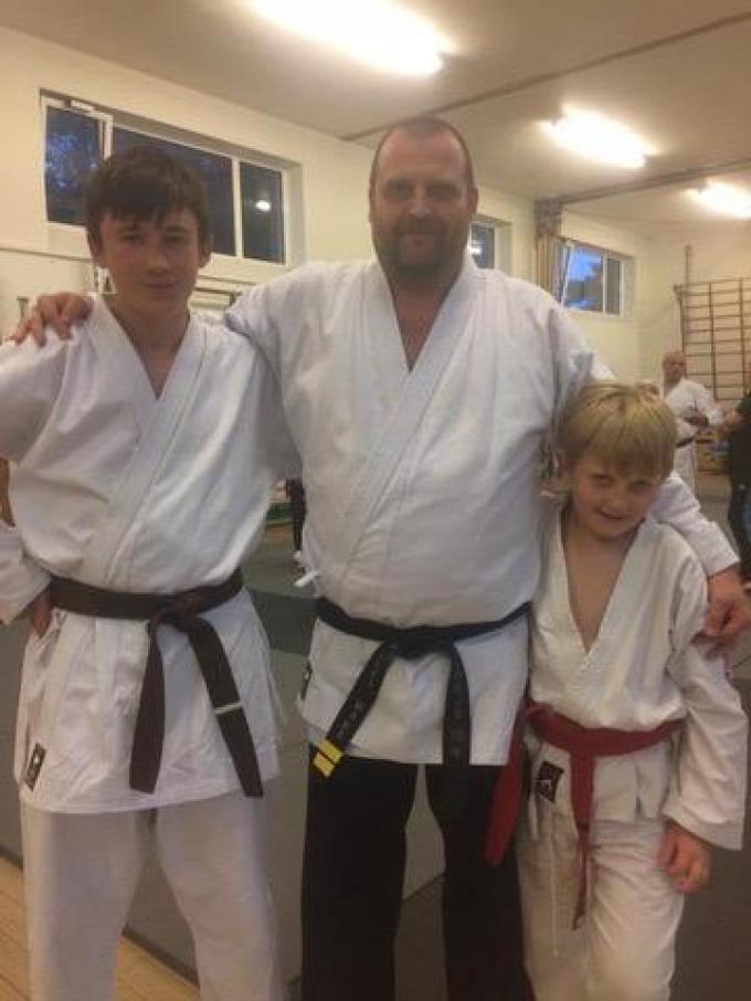 Robbe (rechts) met zijn vader en jongere broer.© GF