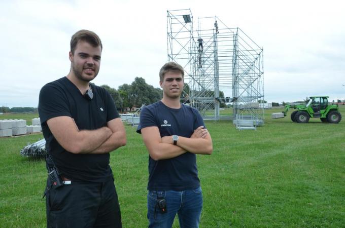 Lennert Vintevogel (links) en Jeroen Crombez bij de opbouw van Highlight Festival in 2019. (Foto TOGH)