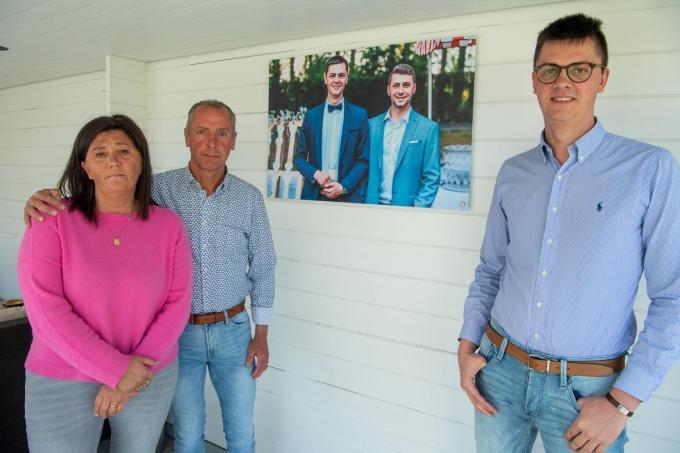 Rik Viaene en Grietje Dewitte samen met broer Maxim bij de foto in de lounge van de broers. (foto Frank)©Frank Meurisse Frank Meurisse