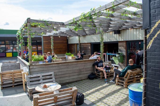 Vanaf donderdag wordt het terras van jeugdhuis ten Goudberge ruim uitgebreid. Tot 31 juli kan de jeugd terecht in JCXL.©Stefaan Lernout