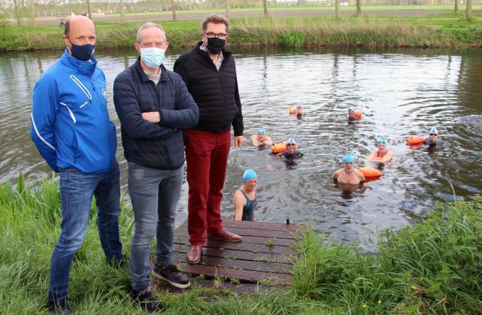 In Brugge werd het startschot gegeven voor het nieuwe openwaterseizoen, in bijzijn van Franky Demon (schepen van Sport), Koen Kerckhove (voorzitter Brugse IJsberen), Bruno Chinitor (secretaris Langerei Zwemmers).© ACR