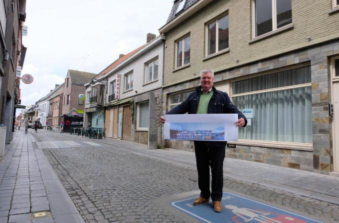 Jean-Marie Lootens met in zijn handen een foto van het project en achter zich de gebouwen die daarvoor plaats ruimen.© (Foto BC)