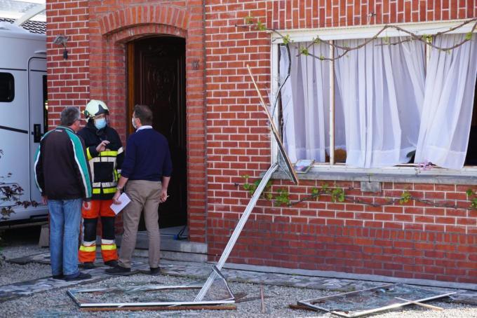 Aan de straatkant werden twee grote ramen aan diggelen geslagen.© GS