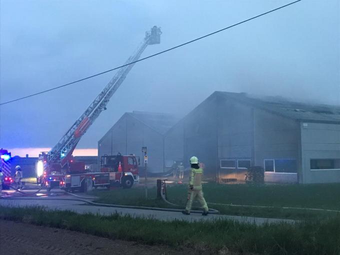 De brandweer moet nog uren nablussen.© DB