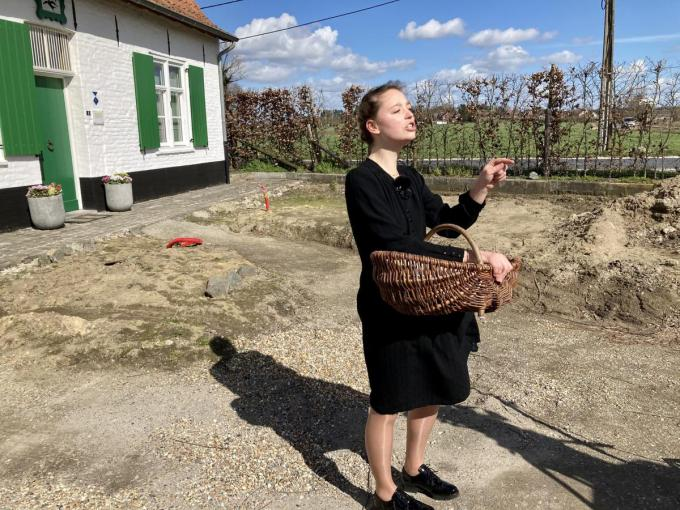 Brittney Packeu uit Zedelgem vertelt met veel overgave het verhaal van Julie Cattrysse uit Aartrijke en haar verplichte tewerkstelling op 'het proviand'. Op de acthergrond herkennen we de gerestaureerde hoeve De Drie Zwaluwen. (foto BC)