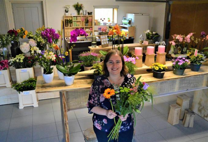 Sarah werkt bij Daikin en vond in de bloemen een creatieve uitlaatklep. Met de hulp van haar vader Geert, die timmerman is, toverde ze haar garage om tot een sfeervol winkeltje.© Foto WK
