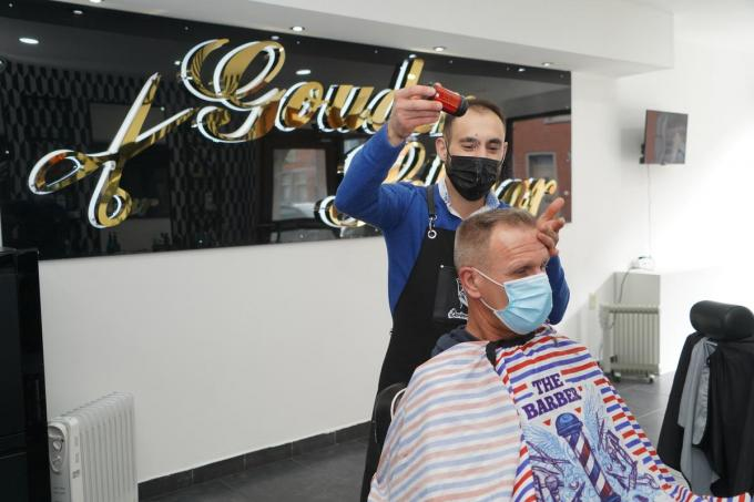 Onur kapt Tony in het nieuwe salon.© foto Luc