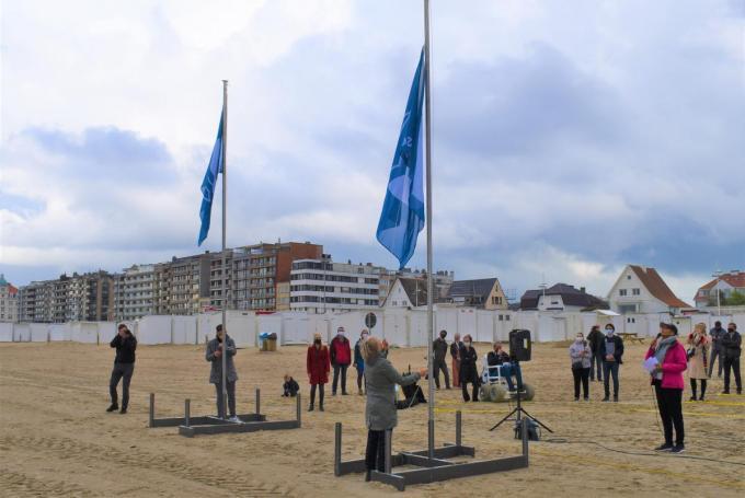 Het was de Brugse schepen Minou Eqsuenet die de blauwe vlag voor Zeebrugge mocht hijsen.© SR