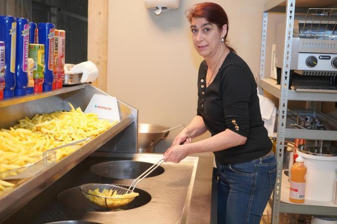 Vicky aan het werk in haar frituur. (foto Luc)