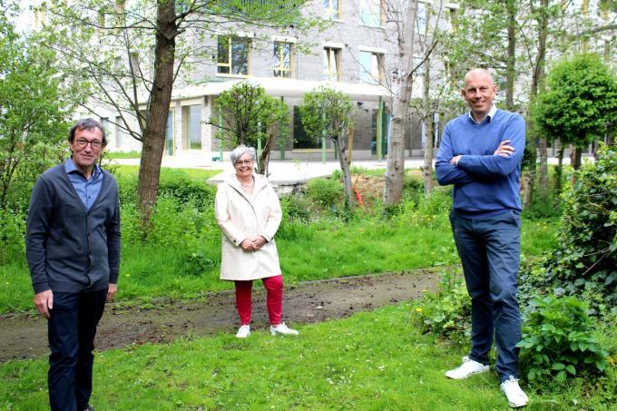Schepenen Rik Soens, Maria Polfliet en Jo Neirynck op de plek waar het bruggetje wordt aangelegd over de Barmbeek met op de achtergrond woonzorgcentrum Aurélys en de extra nog in te vullen ruimte die aansluit op het huidig stadspark de Mote. (foto DJW)