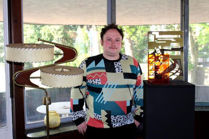 Jonas Vansteenkiste in Villa Gaverzicht bij een van zijn plexi-sculpturen op aparte sokkel. (foto DJW)