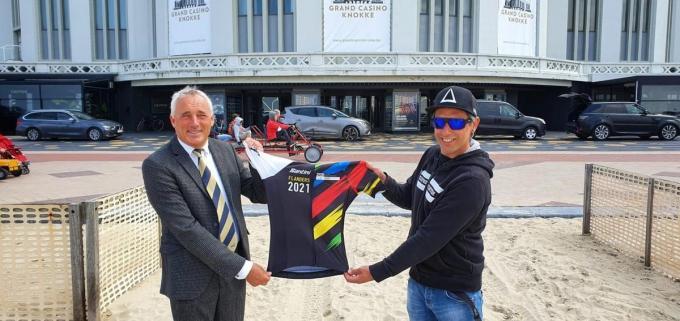 Sportschepen Jan Morbee schenkt de wieleroutfit aan Billy Dannaut.© dm