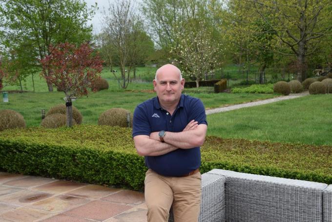 Glenn Robbins met op de achtergrond een deel van de imposante tuin.© PADI/Jens
