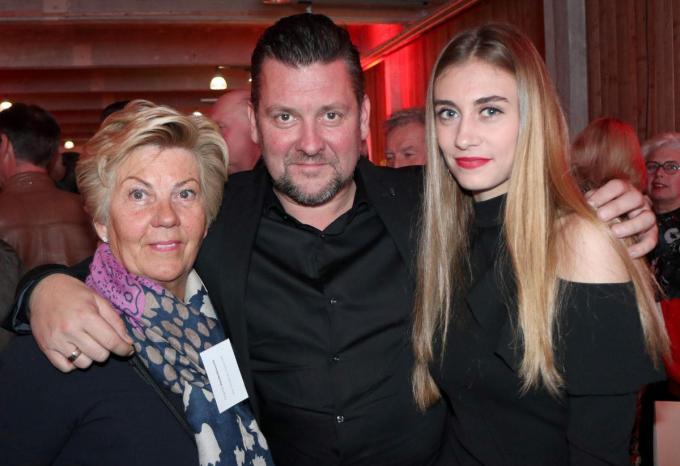 Nico Mattan tussen Chantal en Cameron, moeder en dochter van Frank Vandenbroucke.© vdb