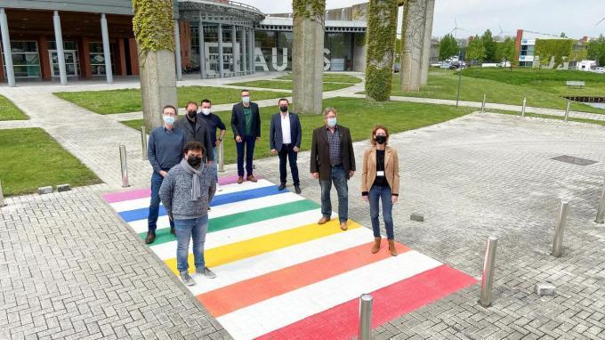 Aan de ingang bij het AC Auris werd een regenboogzebrapad aangebracht.© gf