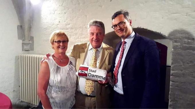 Paul De Graeve tussen burgemeester Joachim Coens en zijn echtgenote Linda Vanhoutte, op de plechtigheid waar hij de titel van eregemeenteraadslid kreeg.© gf