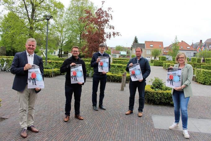 Op de foto zien we schepenen Romina Vanhooren, Stijn Jonckheere en Gino Dumon, burgemeester Anthony Dumarey en gemeenteraadsvoorzitter Stefaan Reynaert.© LIN