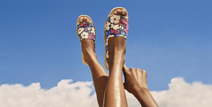Sandalen in bedrukt canvas (29,90 euro), een creatie van het Finse lifestylelabel Marimekko voor Uniqlo.© Uniqlo