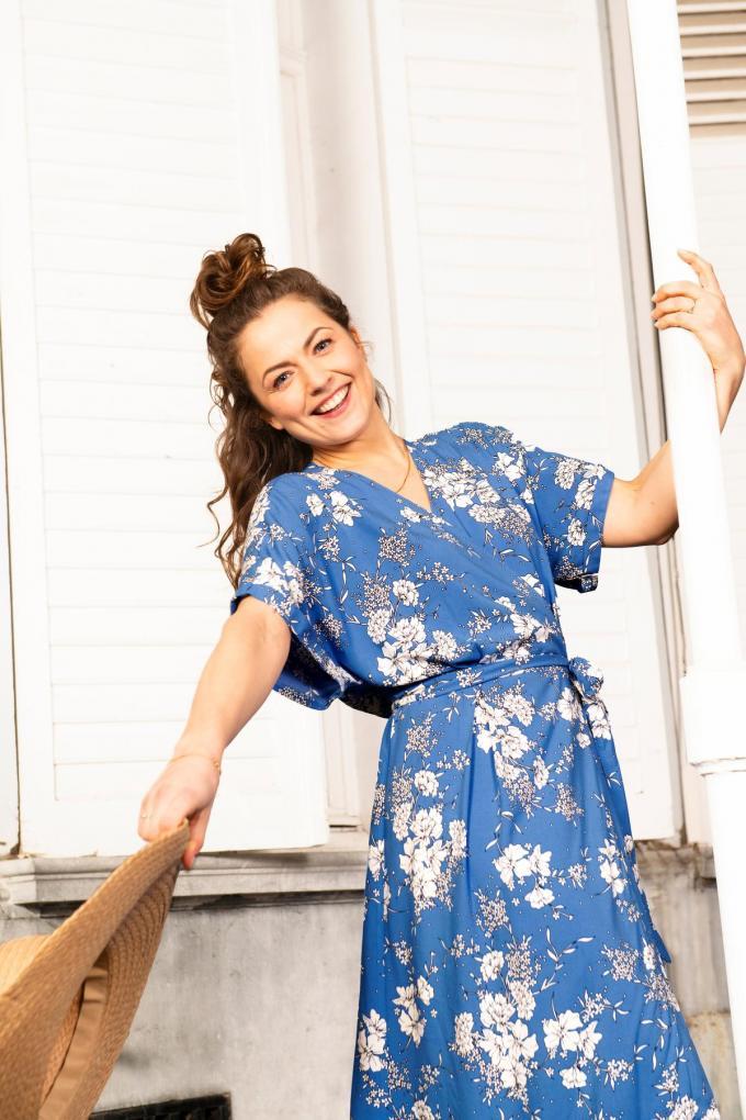 """Deze zomer brengt Bel&Bo voor het derde seizoen op rij een collectie uit in samenwerking met de Vlaamse actrice Frances Lefebure. Blikvanger is deze bloemrijke wikkeljurk """"Leen"""", uitgevoerd in viscose (69,99 euro).© Bel&Bo"""