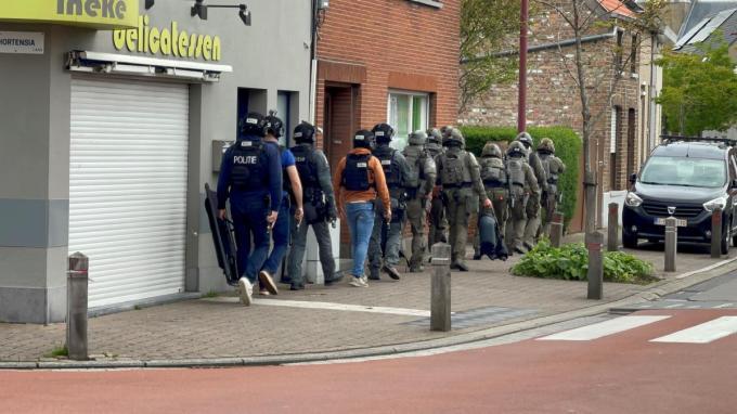 De politie viel maandagavond binnen in de woning van de voortvluchtige man in Zandvoorde.© GF