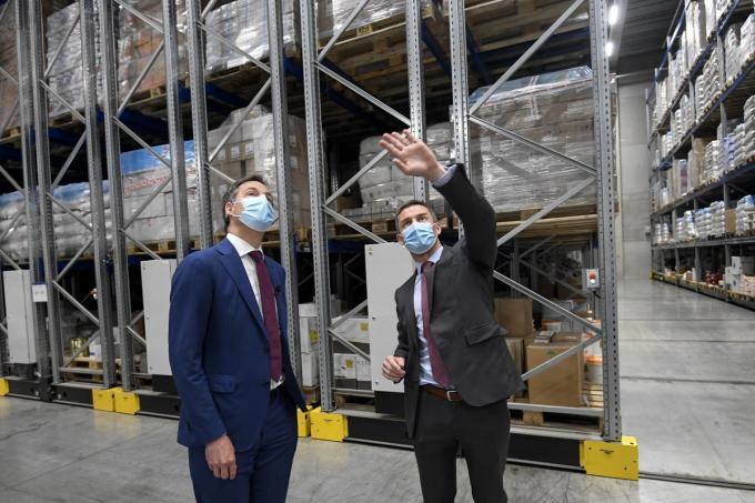 Eerste Minister Alexander De Croo en managing director Bruno Ranson tijdens het bezoek aan het bedrijf.© BELGA