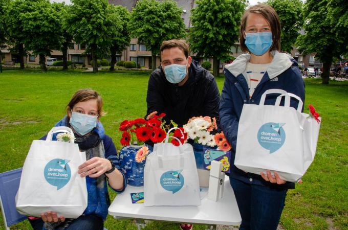 Eva Feys (psychotherapeut), Frederic Blancke (psychotherapeut) en Hanne Colpaert (orthopedagoog) deelden goodiebags uit.© gf
