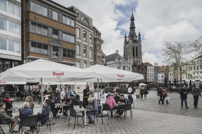 Veel plexischermen worden er in Kortrijk niet gebruikt, al helemaal niet op de Grote Markt. In de uitgaansbuurt duiken ze wel af en toe op.© Olaf Verhaeghe