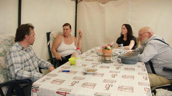 Joost Bonte, hier samen met Kristel Verbeke, op bezoek met Sven en Marleen.© Eén