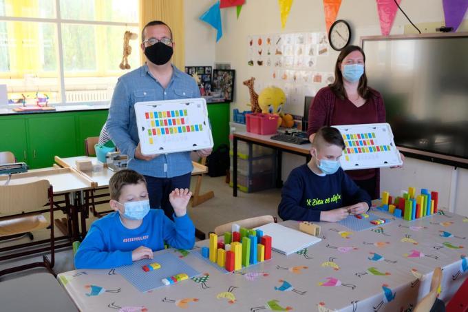 Coördinator Kris Passchyn, leerkracht Bieke Vanbeselaere en haar leerlingen Benoit en Matheo.© Bieke Cobbaert