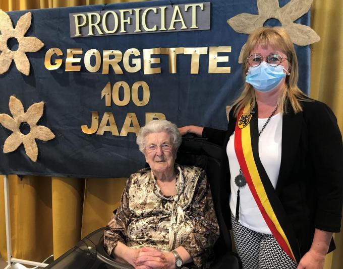 Burgemeester Annick Vermeulen ging Georgette Van Paemel feliciteren met haar 100ste verjaardag.© BC