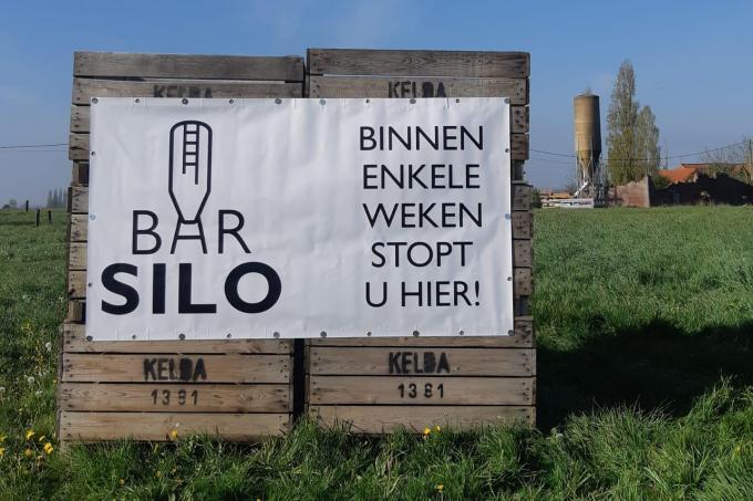 De hoeve achteraan, met kenmerkende silo, wordt momenteel omgeturnd tot zomerbar. (gf)