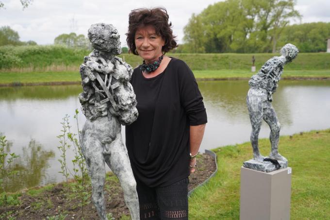 Kate Van Waes bij bronzen beelden van Michel Janssens.© foto Luc