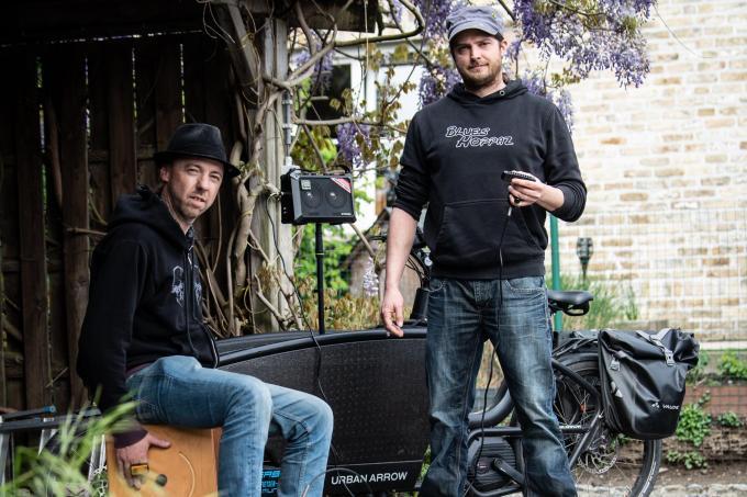 Angelo Wylleman (links) en Bart Billiet repeteerden in de lockdown in de carport.©Frank Meurisse Frank Meurisse