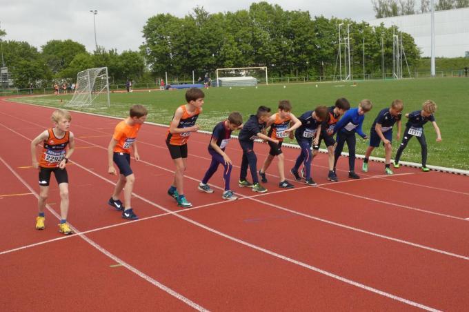 Bij de pupillen jongens stonden maar liefst elf deelnemers aan de start van de 1.000 meter.© foto GD