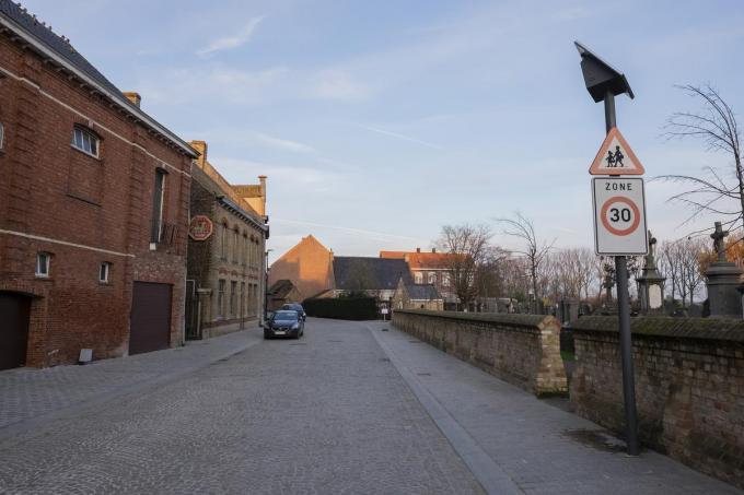De voorbije twee jaar onderging het dorpscentrum van Reningelst een ware metamorfose zoals de vernieuwde Pastoorstraat.© MD