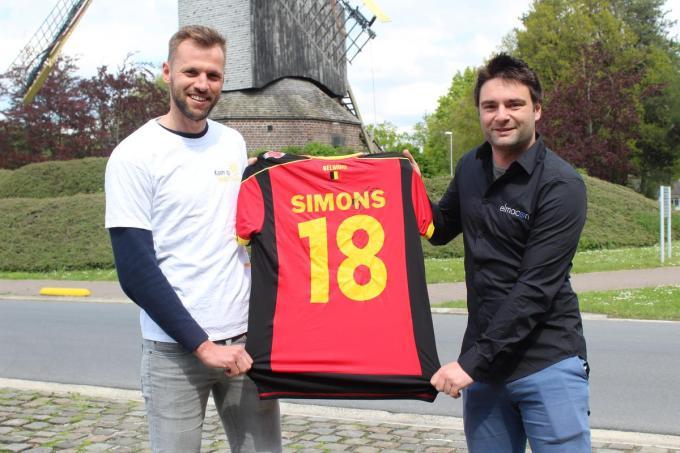 Brian Labaere en Chiron Potié met het gesigneerde truitje van Timmy Simons. (foto JT)