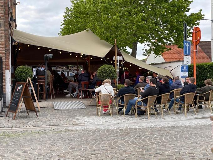 Op de Plaste in Sint-Andries was een 50-tal Clubsupporters komen opdagen. Zij konden op een tv-scherm de match volgen.© JV